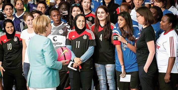 marina-mari-showing-angela-merkel-the-pakistan-flag-in-discover-football-event