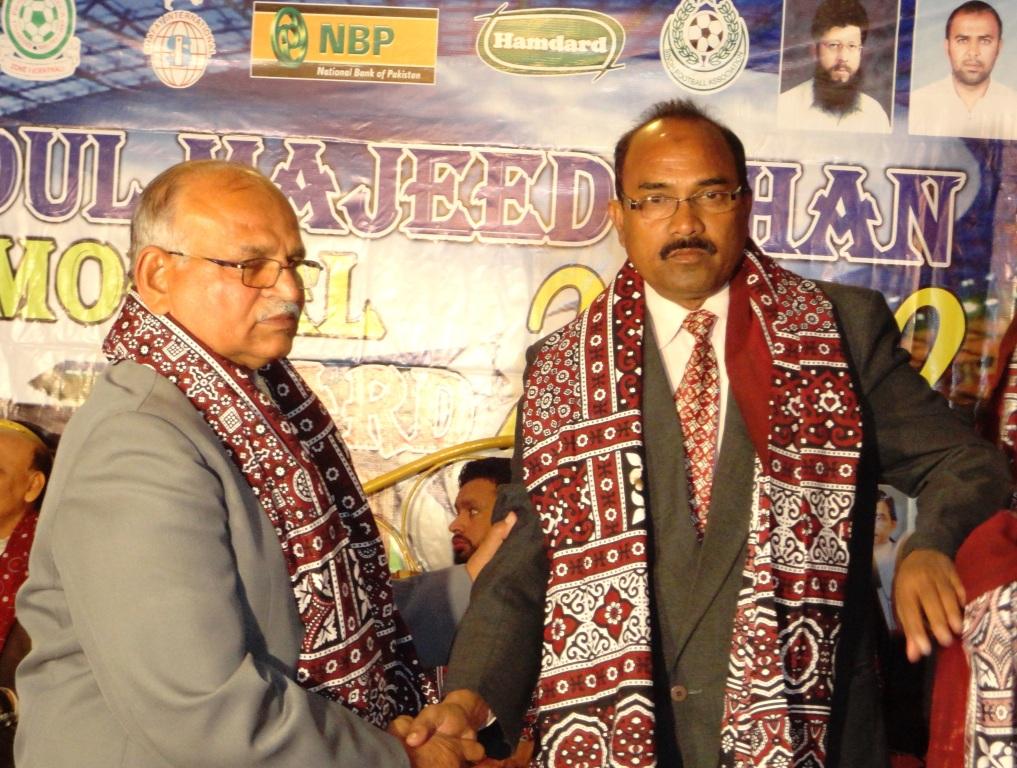 M Naqi Khan with M Shamim at Abdul Majeed Award ceremony