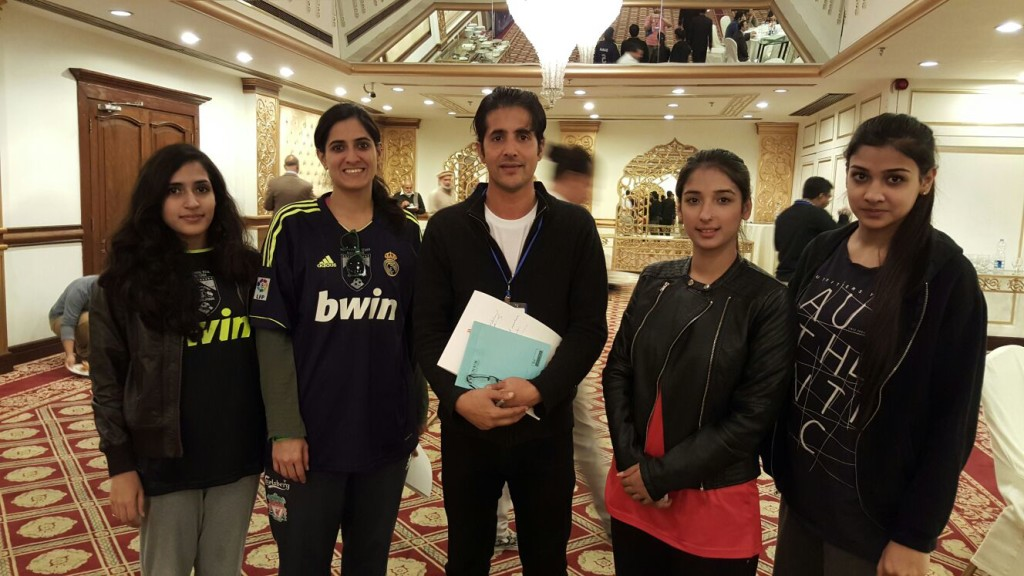 Rahat Shinwari with Pak women players Amna Kiani, Sana Mehmood, Asmara Kiyani, and Ayeza Waheed