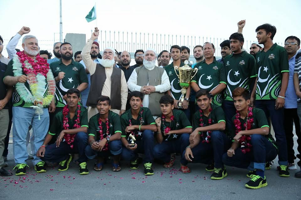Pak street child football team returns home [APP]
