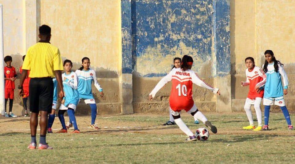 [Urdu News] خواتین فٹبالرز: 'باپردہ ہوں پھر بھی ہراسانی کا سامنا رہتا ہے'