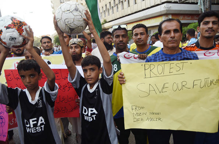 'PM Khan, save football' footballers appeal in protest [ARY Sports]